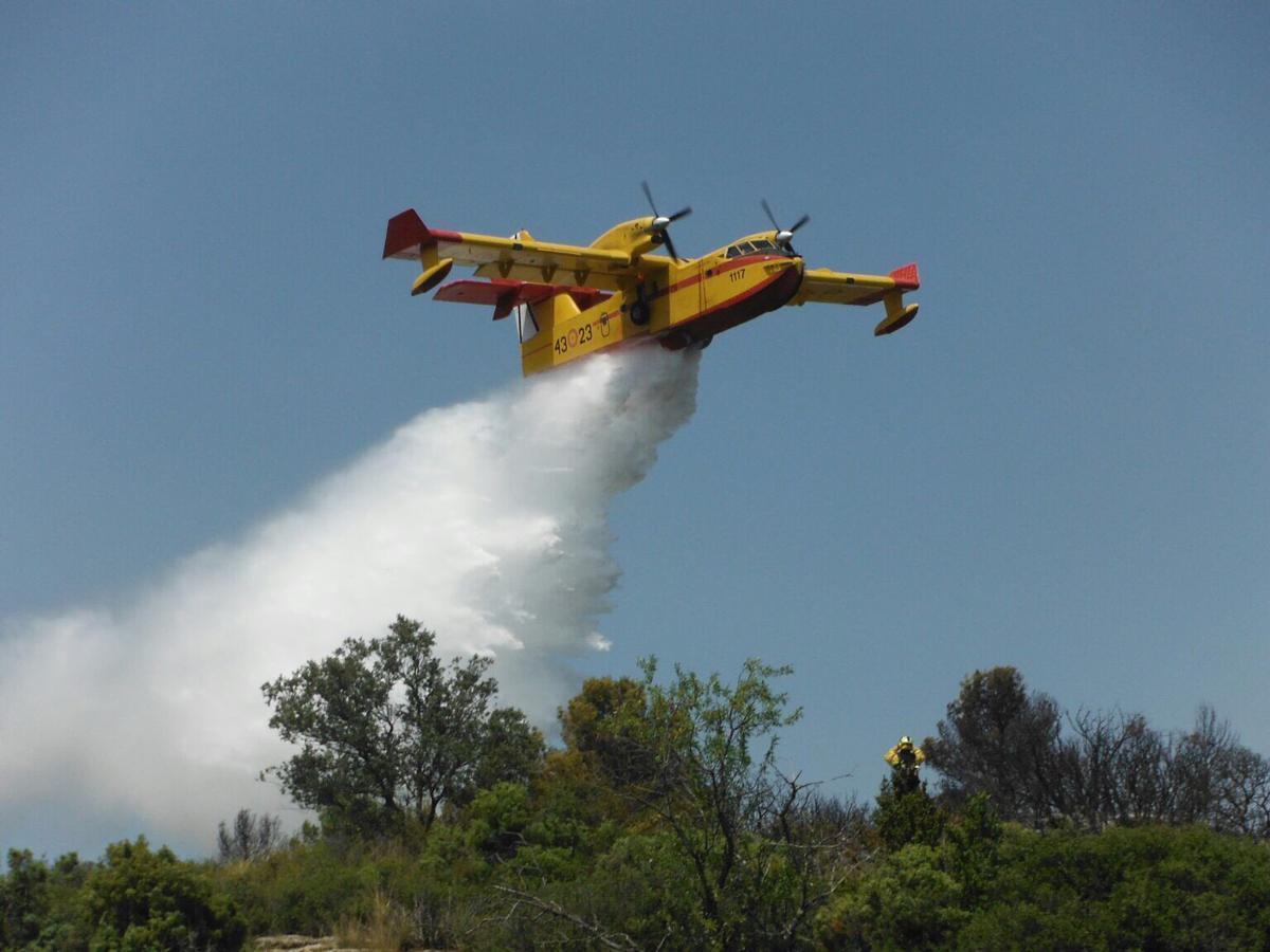 También trabajan en la extinción del incendio forestal registrado en la noche del sábado entre Moguer y Mazagón, en Huelva, un total de 21 medios aéreos