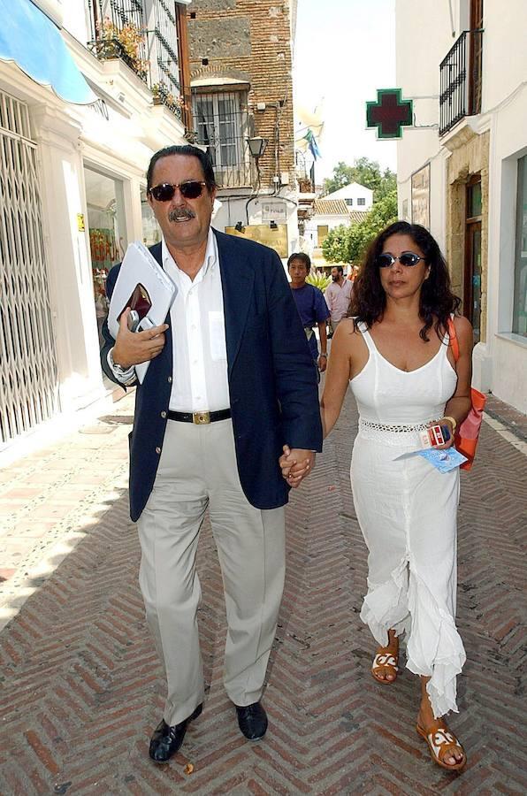 Julián Muñoz e Isabel Pantoja caminan de la mano en Marbella, en agosto de 2003, cuando era aún alcalde de la localidad malagueña